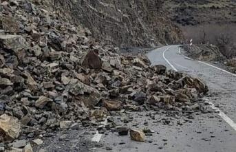 Kaya parçaları düştü, yol trafiğe kapandı