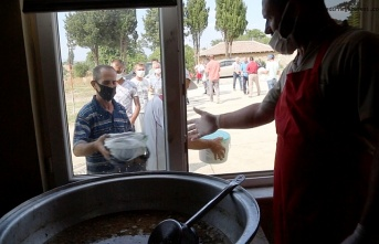 Pişirilen kurban etleri, köy meydanında dağıtıldı