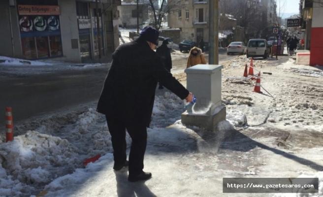 Vatandaş, buz tutan yollar ve kaldırımlara çözüm arıyor