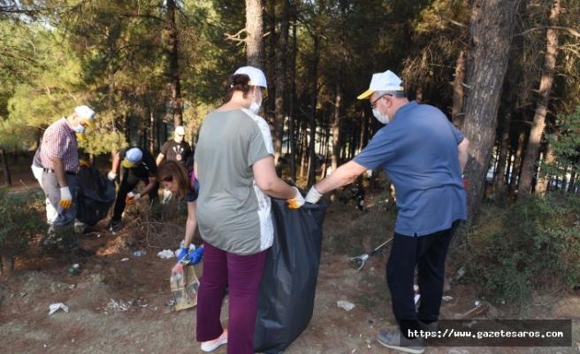 Kent Ormanı'nda 1000'e yakın battal poşet ile 10 kamyon çöp toplandı