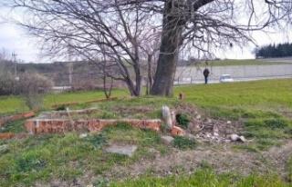 Amel Baba (Dede) mezarı, kaybolmaya yüz tutmuş...