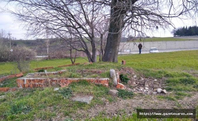 Amel Baba (Dede) mezarı, kaybolmaya yüz tutmuş durumda